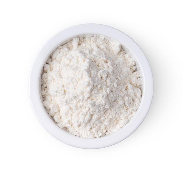 Mehl in einer weißen schüssel auf weißer wand.