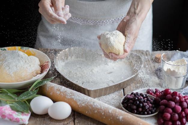 Mehl streut in die luft. arbeite mit dem test. zu hause einen kuchen kochen.