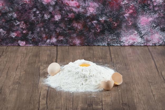 Mehl und andere zutaten für die kuchenherstellung