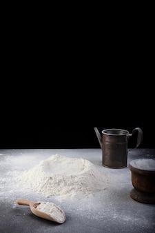 Mehl und kochutensilien