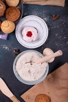 Mehl und teller mit kuchen