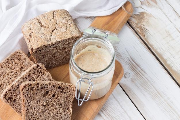 Mehlsauerteig zur herstellung von natürlich fermentiertem brot. brot aus dinkelmehl.