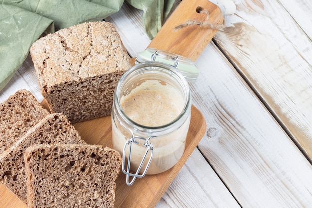 Mehlstarter zur herstellung von natürlich fermentiertem brot aus dinkelmehl.