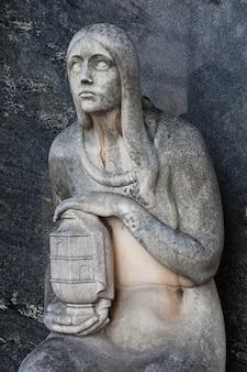 Mehr als 100 jahre alte statue. friedhof in norditalien.