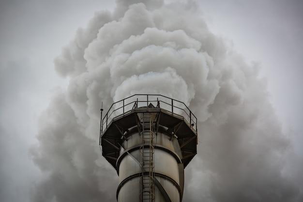 Mehrere biomassekraftwerke aus zuckerrohrzellstoff zerstören schornsteine emittieren kohlendioxidverschmutzung