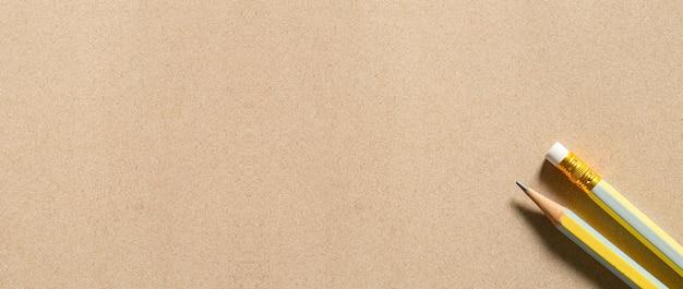 Mehrere bleistifte auf braunem papier