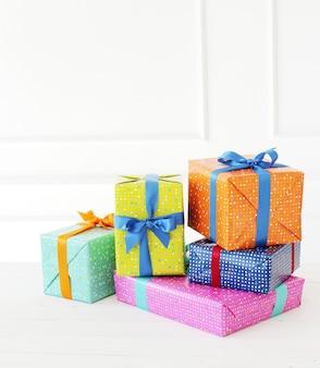 Mehrere bunte geschenke mit bogen