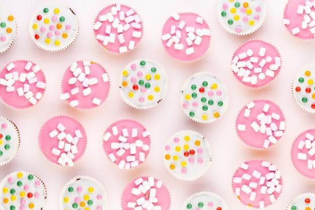 Mehrere bunte schön dekorierte muffins, draufsicht.