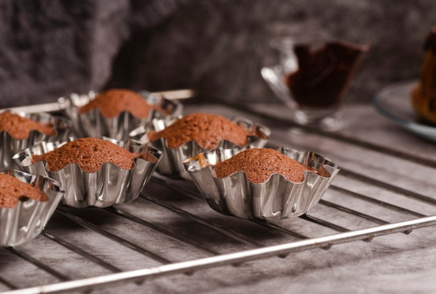 Mehrere cupcakes in formen