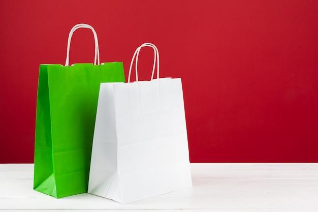 Mehrere einkaufstaschen mit kopienraum auf rotem hintergrund