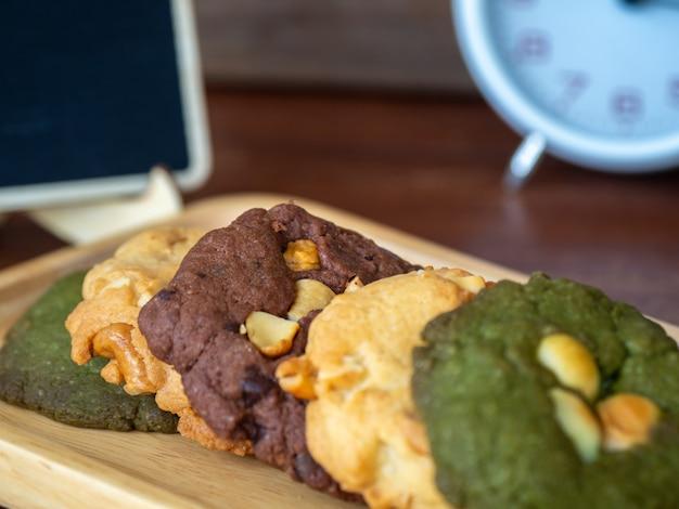 Mehrere farbkekse, einschließlich erdnussbutter, kekse aus grünem tee und chocolate chip cook