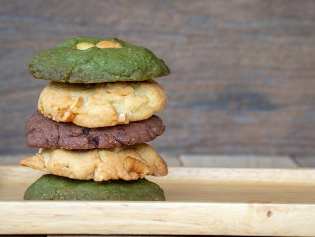 Mehrere farbkekse einschließlich erdnussbutter, kekse aus grünem tee
