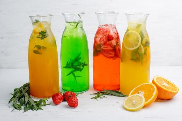 Mehrere flaschen verschiedene limonade auf dem hellen holztisch der speisekarte