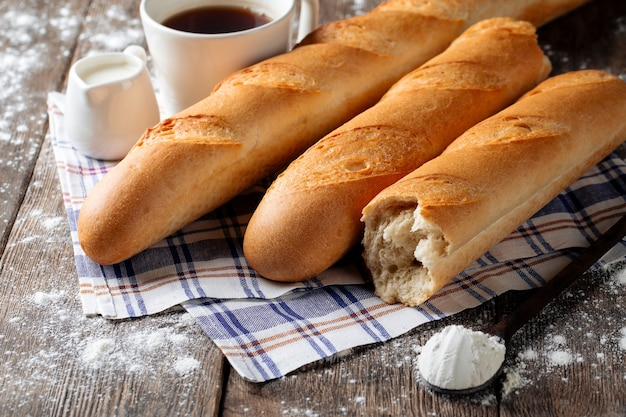 Mehrere französische baguettes mit kaffee und milch