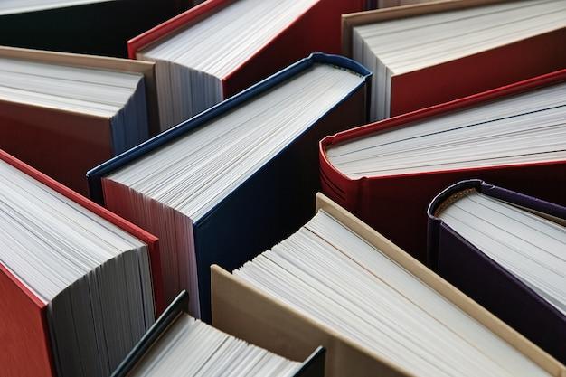 Mehrere hardcover-papierbücher