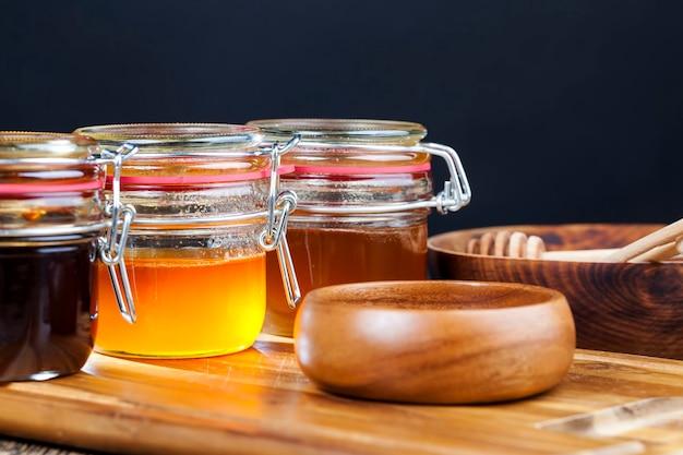 Mehrere honigsorten aus verschiedenen blumenpflanzensorten