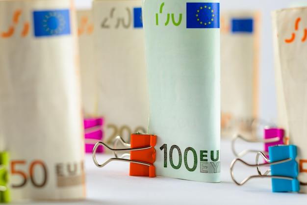Mehrere hundert euro-banknoten euro-banknoten zufällig gestapeltes euro-währungsgeld