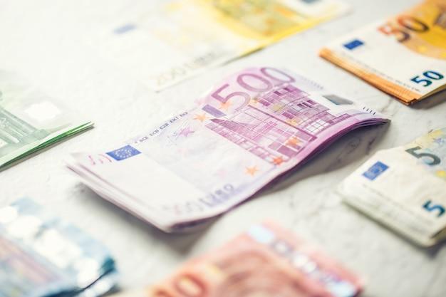 Mehrere hundert euro-banknoten gestapelt nach wert.