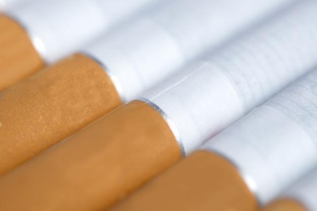 Mehrere klassische zigaretten liegen schräg.