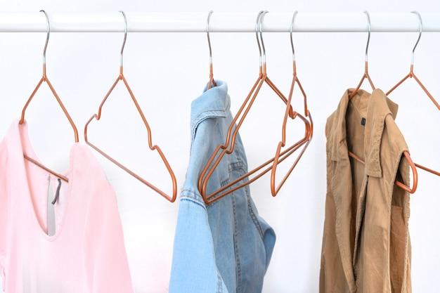 Mehrere kleidungsstücke für damen auf dem offenen kleiderbügel