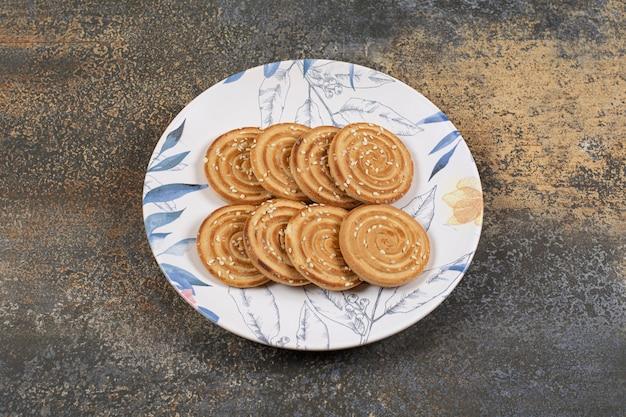 Mehrere leckere kekse auf buntem teller.