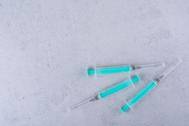 Mehrere leere spritzen auf marmorhintergrund. foto in hoher qualität