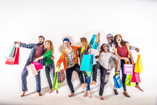 Mehrere leute halten einkaufstaschen