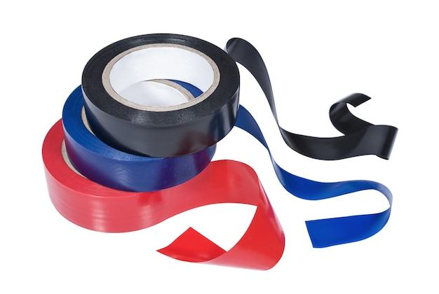 Mehrere rollen isolierband in rot, blau und schwarz auf weißem hintergrund