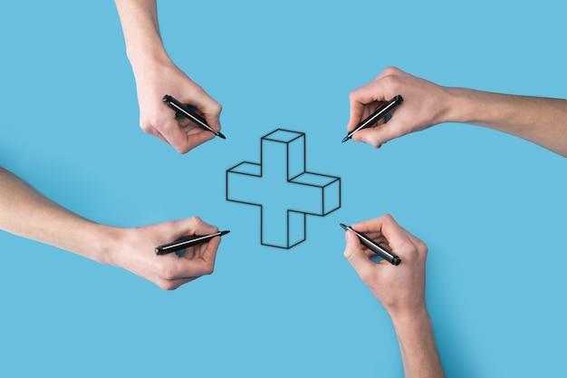 Mehrere, vier hände zeichnen ein plus-symbol mit einem marker. virtuelles pluszeichen bedeutet, positive dinge wie vorteile, persönliche entwicklung, soziales netzwerk anzubieten. dargestellt durch ein pluszeichen mit kopienraum.