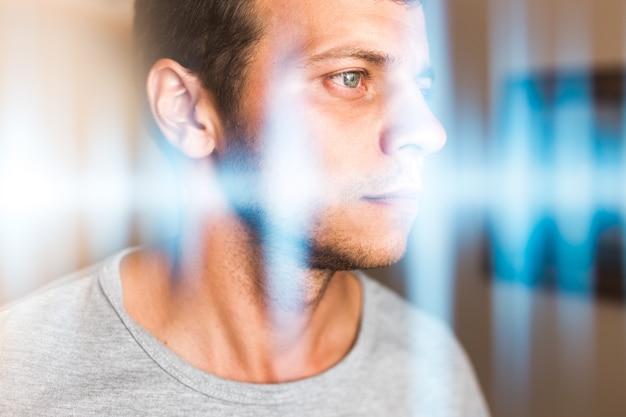 Mehrfachbelichtungsfoto eines mannes und musikwellen. hören, wahrnehmung von klängen und musik.