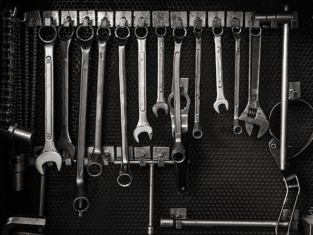 Mehrfachschlüssel hängen am werkzeugbrett