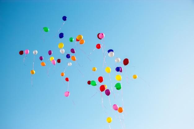 Mehrfarbenballone fliegen hohen klaren blauen himmel. kopieren sie platz.