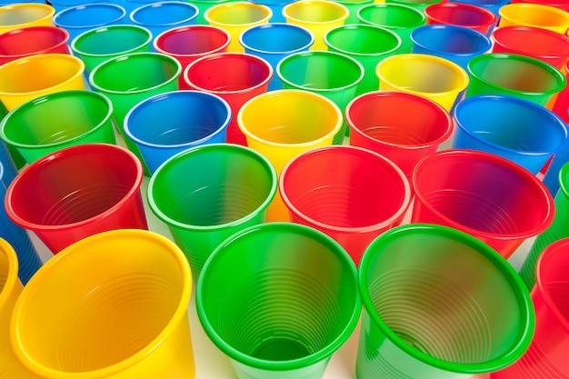 Mehrfarbenplastikgläser getrennt auf weiß