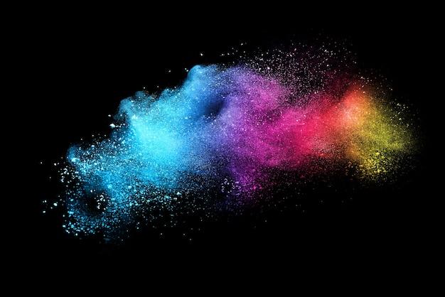 Mehrfarbenpulverexplosion auf schwarzem hintergrund. farbige wolke.