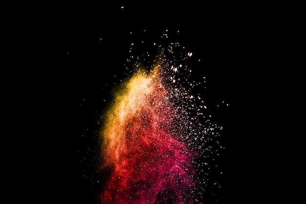 Mehrfarbenpulverexplosion auf schwarzem hintergrund.
