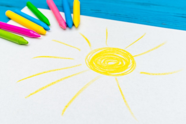 Mehrfarbenstift mit leerem weißem papier