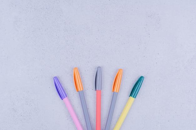 Mehrfarbenstifte für mandala isoliert auf grauer oberfläche