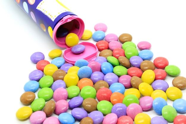 Mehrfarbig glasierte pralinen aus dem behälter