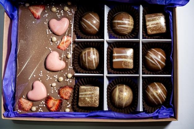 Mehrfarbig schön dekorierte handgemachte bonbons mit füllungen.