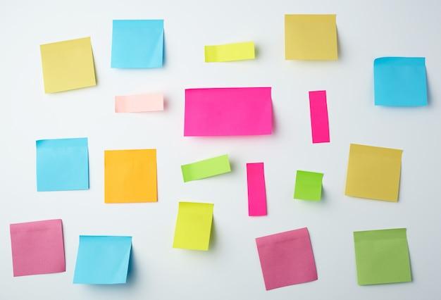 Mehrfarbige aufkleber des leeren papiers von verschiedenen größen