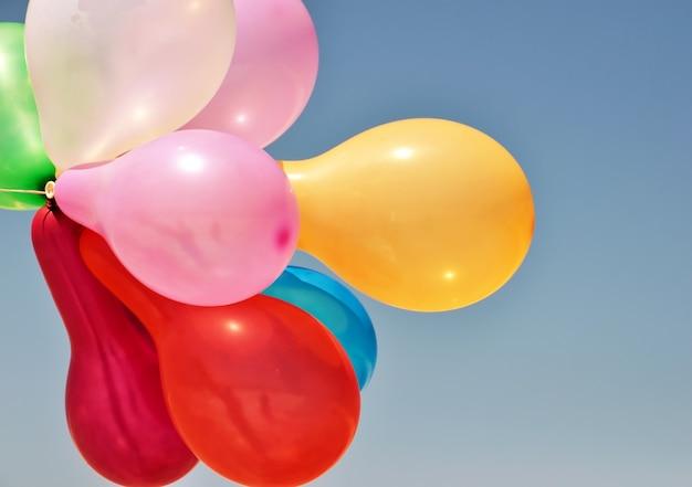 Mehrfarbige ballone auf blau