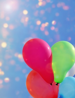 Mehrfarbige ballone gegen den himmel mit hellem sonnenschein