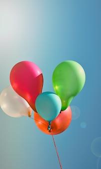 Mehrfarbige ballone gegen den himmel