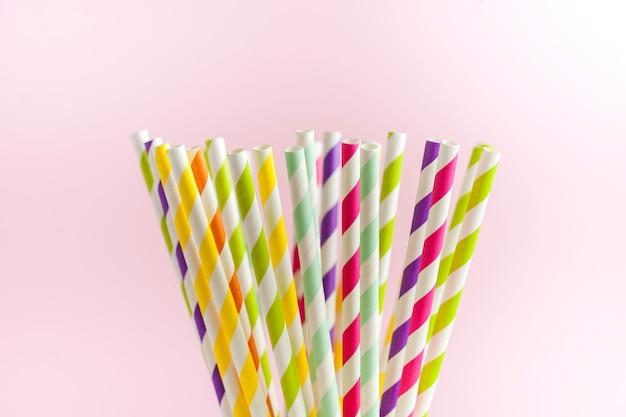 Mehrfarbige biologisch abbaubare gestreifte papierröhrchen für getränke und cocktails