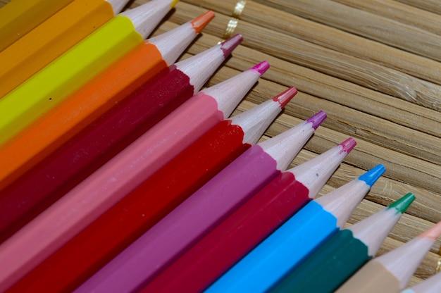 Mehrfarbige bleistifte, die zueinander ausgelegt sind.