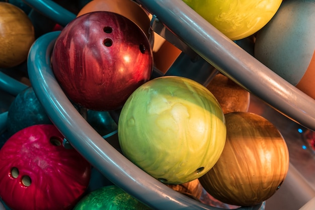 Mehrfarbige bowlingkugeln im stapel
