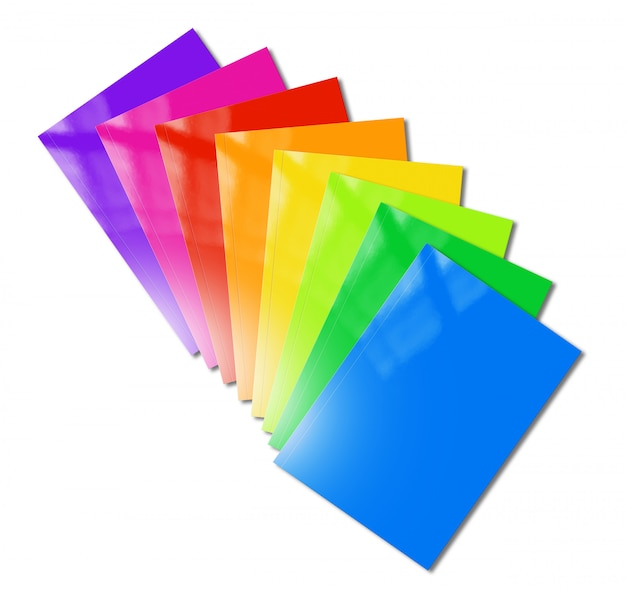Mehrfarbige broschüren reichen modell auf weißem hintergrund