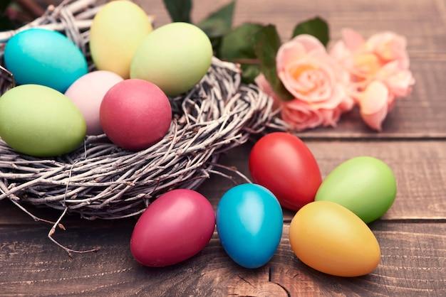Mehrfarbige eier auf den braunen brettern