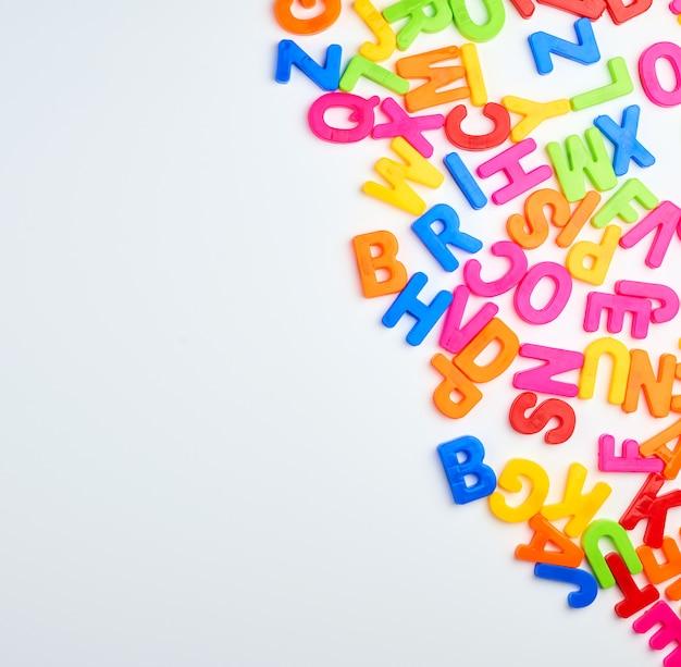 Mehrfarbige englische alphabetbuchstaben auf einem weißen hintergrund