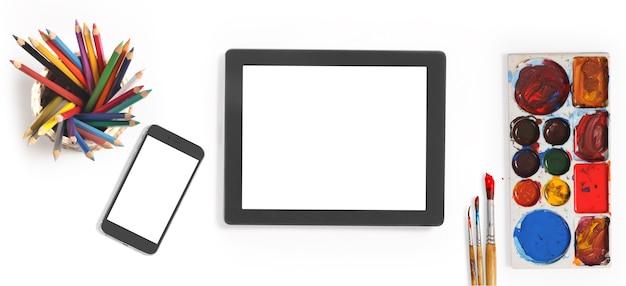 Mehrfarbige farben und kunstpinsel für tablet-computer und smartphones